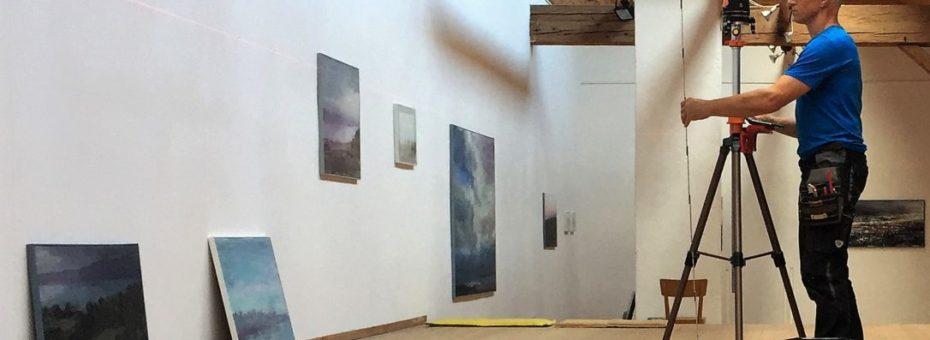Bilder aufhängen in der Galerie Vinelz